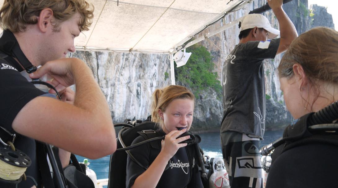 Projects Abroad volontärer gör sig redo att dyka på vårt marinvårdsprojekt i Thailand